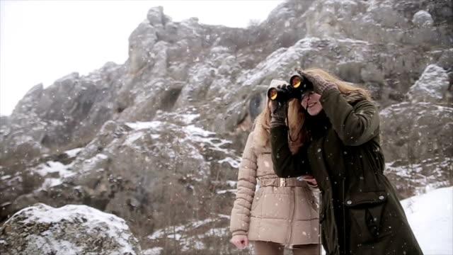 Met behulp van verrekijkers te veel beter zien prachtige winterlandschap op de berg