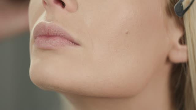 mit blush-pinsel auf dem unteren teil des gesichts - profil stock-videos und b-roll-filmmaterial
