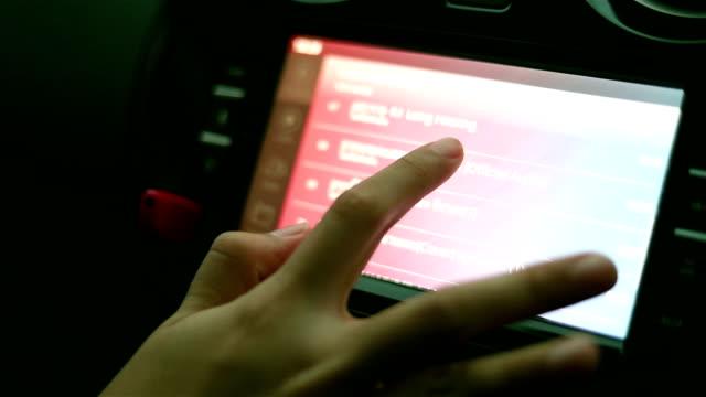 vídeos de stock, filmes e b-roll de usando o sistema estereofónico audio do carro - touch screen