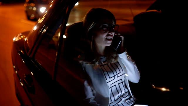 vídeos de stock, filmes e b-roll de usando o telefone celular em um táxi - mulheres jovens