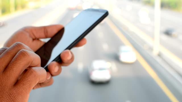 stockvideo's en b-roll-footage met met behulp van mobiele telefoon buitenshuis - ingesproken bericht