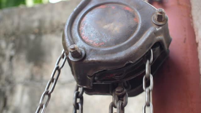 stockvideo's en b-roll-footage met kettingbloktakel gebruiken - ketting