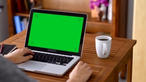 stockvideo's en b-roll-footage met met behulp van chroma key scherm laptopcomputer - over shoulder