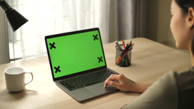 vídeos y material grabado en eventos de stock de uso de la computadora portátil de la pantalla de la tecla chroma - ordenador portátil
