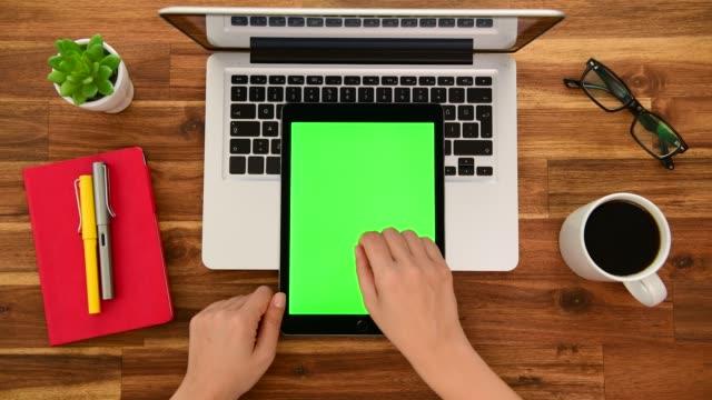 verwenden des chroma-schlüsselbildschirms auf dem tablet-computer im büro - zoom out stock-videos und b-roll-filmmaterial