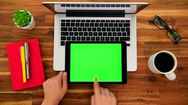 uso della schermata del tasto chroma sul tablet in ufficio - desk video stock e b–roll