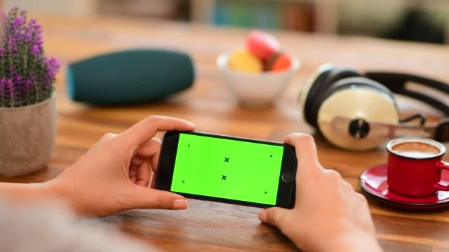 vidéos et rushes de utilisation du téléphone intelligent d'écran de clé de chrome sur le bureau - bureau pièce