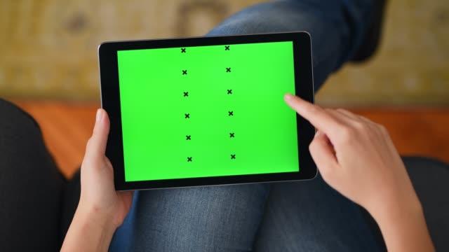 vídeos y material grabado en eventos de stock de uso de la tableta de pantalla de croma en casa - deslizar