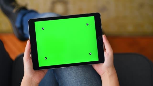 stockvideo's en b-roll-footage met de chroma key screen tablet-computer thuis gebruiken - bank zitmeubels