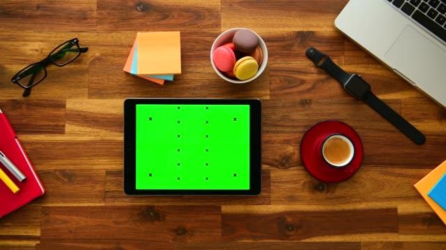 uso del tablet con chiave cromatica in ufficio - desk video stock e b–roll