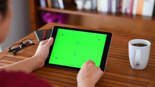 vídeos y material grabado en eventos de stock de utilizando croma clave pantalla tablet pc - deslizar
