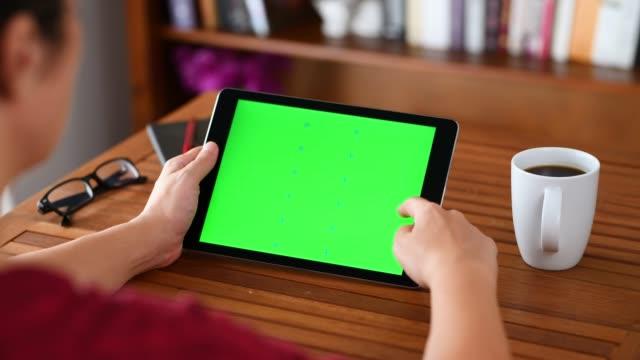 vídeos y material grabado en eventos de stock de utilizando croma clave pantalla tablet pc - desplazamiento