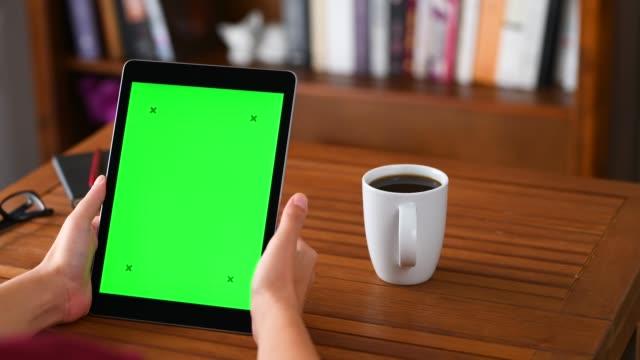 vídeos de stock, filmes e b-roll de usando o tablet pc da tela chave de croma - panning