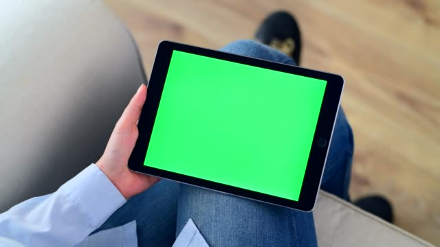 vídeos de stock e filmes b-roll de using chroma key screen tablet pc - green