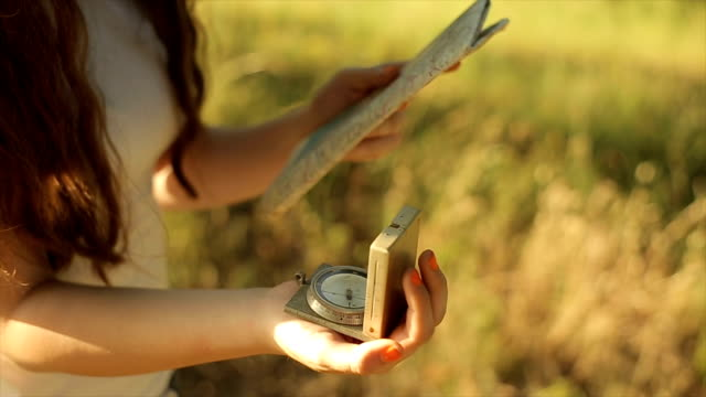 kompass zur navigation verwenden, nahaufnahme - kompass stock-videos und b-roll-filmmaterial