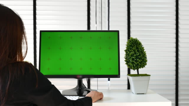 verwenden eines computers mit chroma-taste - projection screen stock-videos und b-roll-filmmaterial