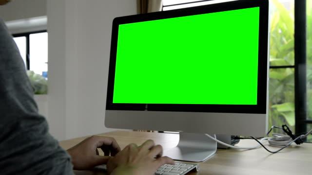 vídeos de stock, filmes e b-roll de usando computador com verde tela (hd) - tela de projeção
