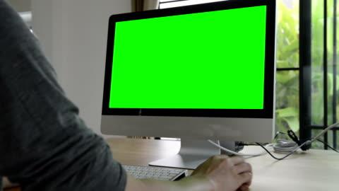 vídeos y material grabado en eventos de stock de utilizando ordenador con pantalla verde (hd) - verde color