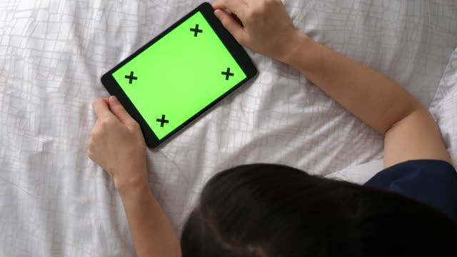 verwendung von digital-tablette, chroma-key-landschaft - vorderansicht stock-videos und b-roll-filmmaterial