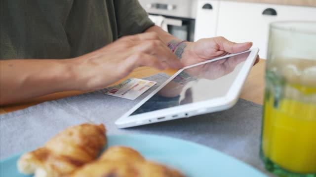 vídeos y material grabado en eventos de stock de uso de tableta digital para pagos en línea. - finanzas domésticas