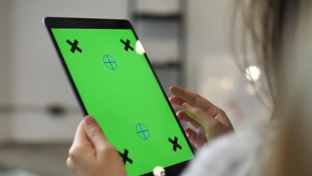 vídeos de stock, filmes e b-roll de usando a tela do tablet verde digital - modelo web
