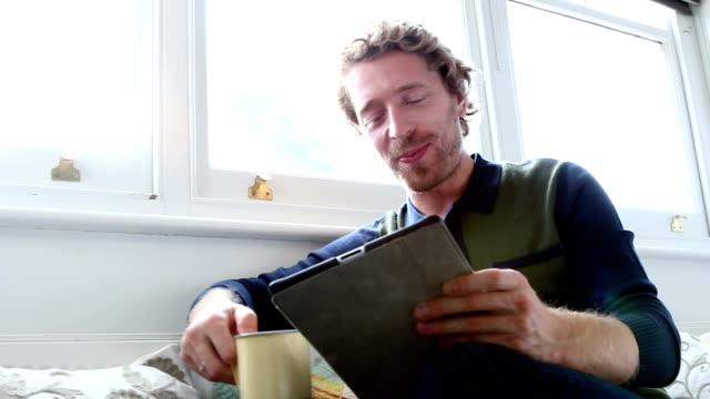デジタル tablet.男性を使用しておくつろぎいただけます。