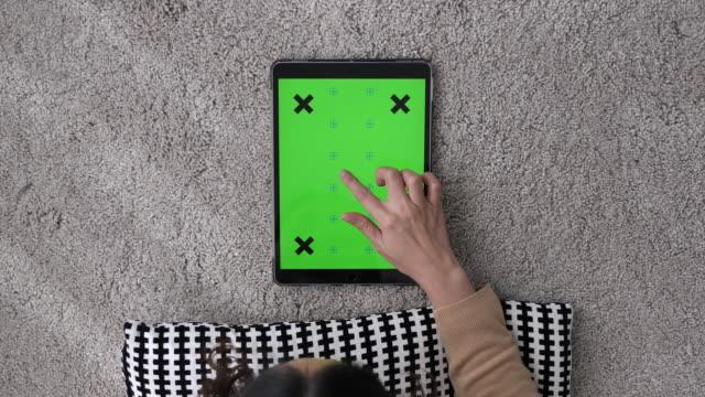 vídeos de stock e filmes b-roll de using digital tablet with green screen, chroma key - olhar por cima do ombro
