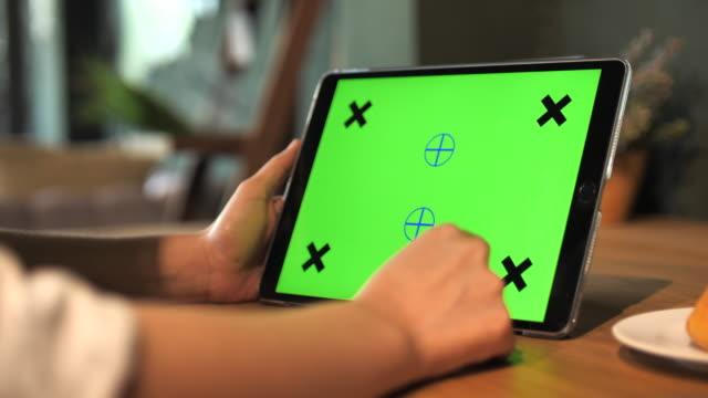 verwenden von digitaltablett mit grünem bildschirm - modell stock-videos und b-roll-filmmaterial