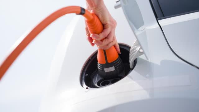 vídeos y material grabado en eventos de stock de uso de vehículoeléctrico, mostrando consideración por el medio ambiente - coche híbrido