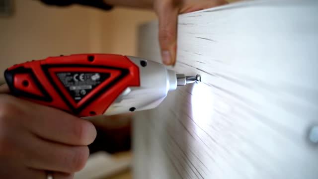 vídeos y material grabado en eventos de stock de usando un destornillador eléctrico - herramienta de mano