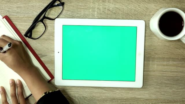 vídeos de stock, filmes e b-roll de usando a tela verde tablet pc em casa - modelo web