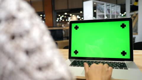använda labtop på café - datorskärm bildbanksvideor och videomaterial från bakom kulisserna