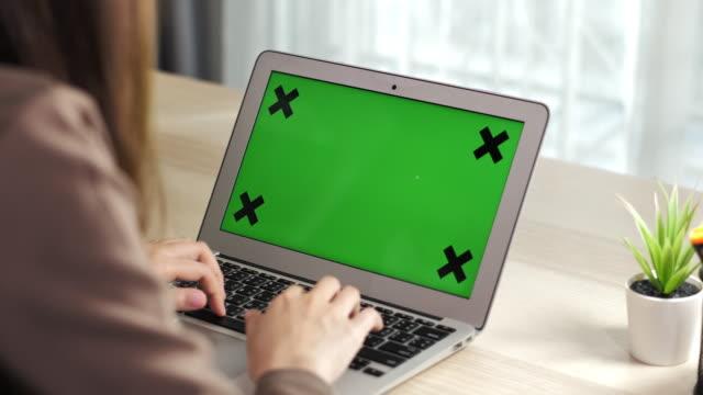 vídeos de stock, filmes e b-roll de usando tela verde laptop - modelo web