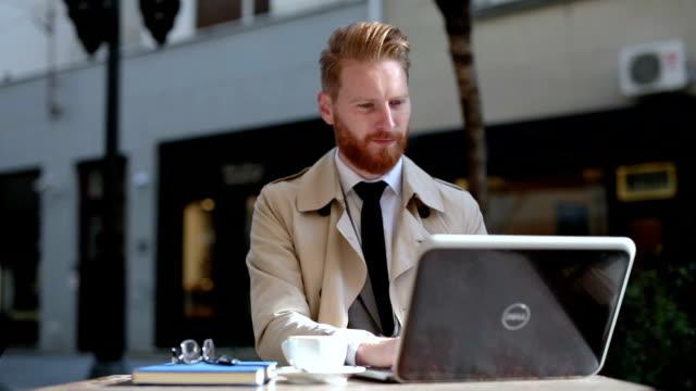 mittels laptop im internet-café - spion stock-videos und b-roll-filmmaterial