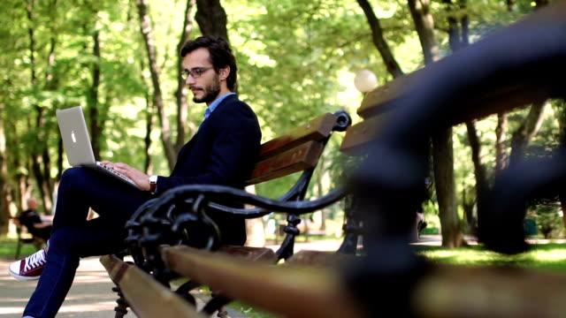mit laptop im park - bürokleidung stock-videos und b-roll-filmmaterial