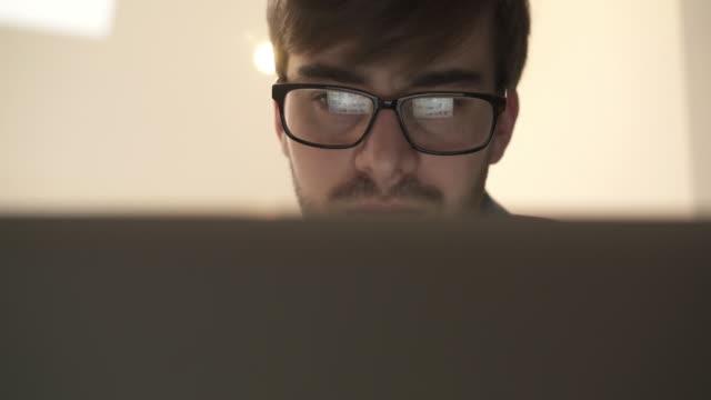 laptop benutzen, leinwand reflexion in brillen. - computeranlage stock-videos und b-roll-filmmaterial
