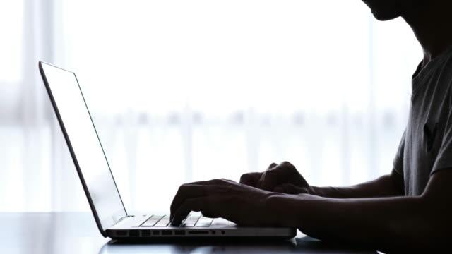 mittels laptop silhouette - privatsphäre stock-videos und b-roll-filmmaterial