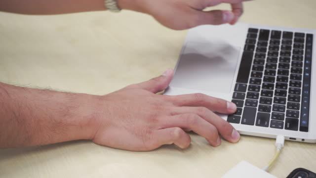vídeos de stock e filmes b-roll de using laptop still working - secretária temporária