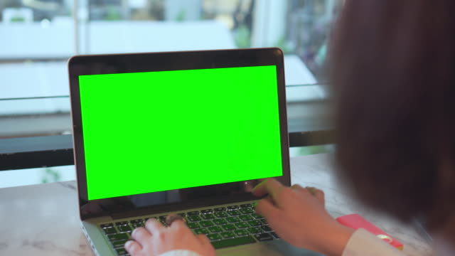 Using laptop with green screen in a shopping mall (UHD)