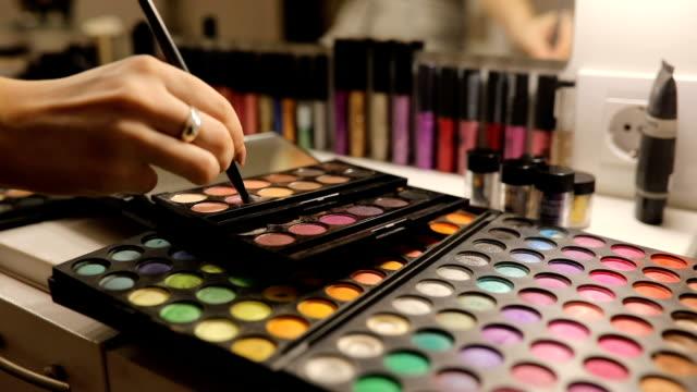 vídeos y material grabado en eventos de stock de usando make up - sombreador de ojos