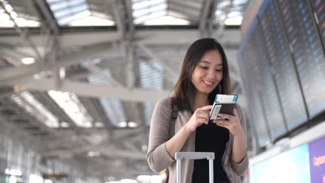 空港で携帯電話を使用してください。 - パスポート点の映像素材/bロール