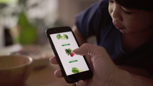 vídeos y material grabado en eventos de stock de uso de la entrega de alimentos para pedidos de teléfono móvil - part of a series