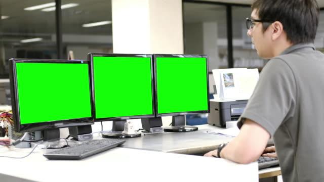 stockvideo's en b-roll-footage met gebruiken op computer met groen scherm - drie dingen