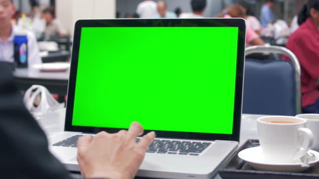 Utilizar portátil con pantalla verde en un restaurante