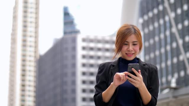 ビジネスエリアでの電話の使用 - ファイル点の映像素材/bロール