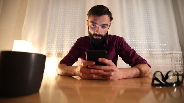 telefon zu hause verwenden - content stock-videos und b-roll-filmmaterial