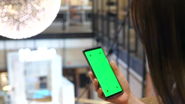 vídeos de stock, filmes e b-roll de usando o telefone no shopping mall - mercado espaço de venda no varejo