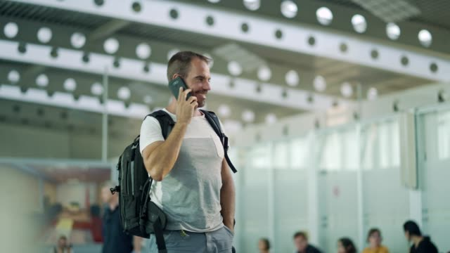駅で携帯電話を使用してください。