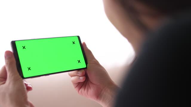 vídeos y material grabado en eventos de stock de uso de la tecla phone chroma en casa - horizontal