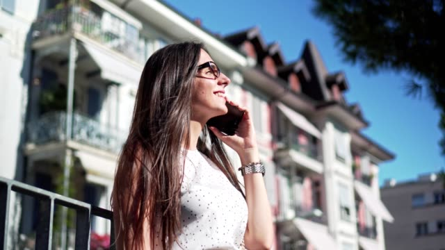 vídeos de stock, filmes e b-roll de usando o telefone em uma bela vista - agenda eletrônica